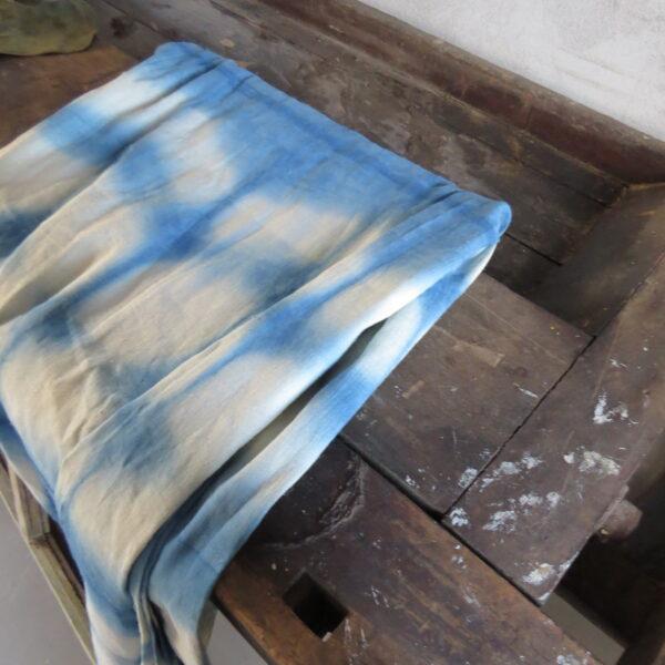 Lang indigofarvet shibori dug