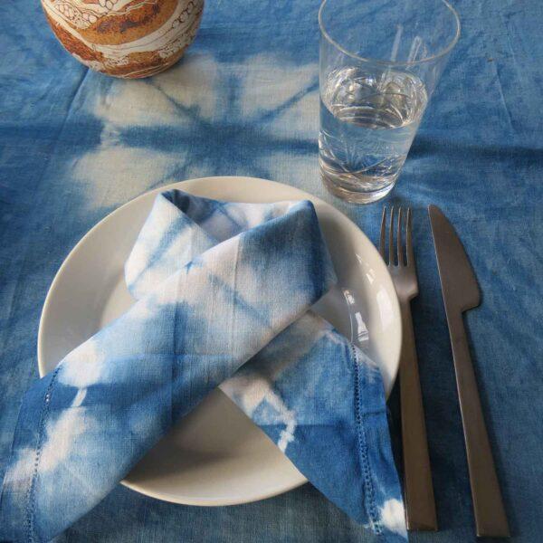 Borddækning med håndfarvet shibori dug